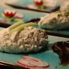Roquefortmousse serverad med Earl grey-kokta katrinplommon