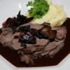 Hjortstek med rödvin, lingon, syrad svamp och potatismos