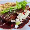Fetaostbakad endiv med lammfilé och berberisås