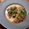 Kycklinglevergryta med svamp, bacon, vitt vin och grädde