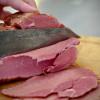 Varmrökt fransyska, karamelliserad grädde, picklad Karl-Johan, chèvrestomp och friterade skal