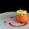 Asiatisk laxtartar med jalapeñoskum på slip av rädisor i gelead dashi