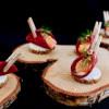 Amuse bouche - salmalax i beta med kapriskräm och hyvlad rökt äggula