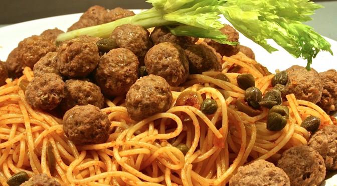 Frikadeller med spaghetti oliver och kapris