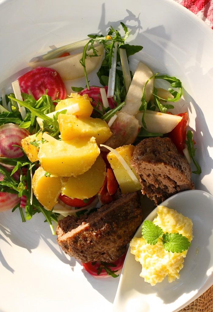 fransk potatissallad med rådjursbiff och kryddsmör