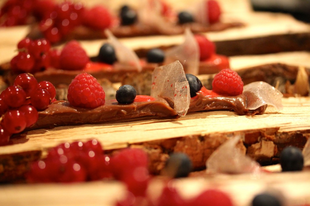 chokladpastej och rosepepparflarn med hallonpuré