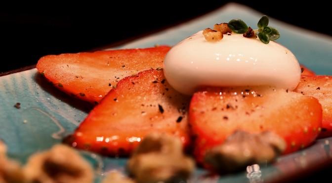 Jordgubbe med svartpeppar, yoghurtsfär, rostad valnöt och akaciahonung