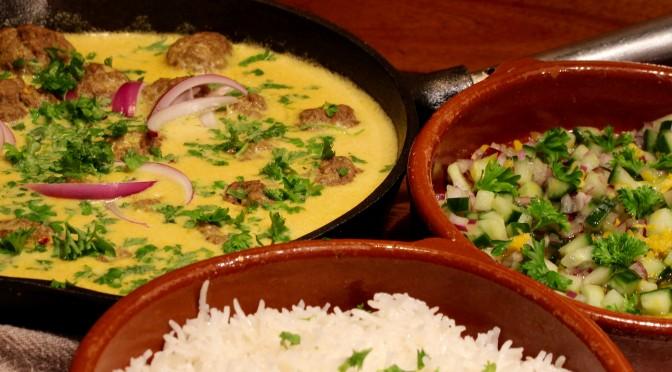 Indiska köttbullar med pistage och gurksallad