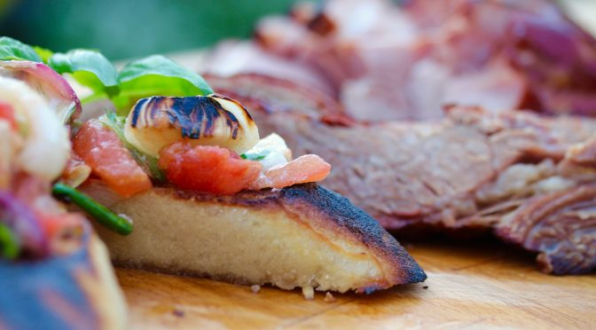 Grillad alspånsrökt bringa med äppelbacon och bruschetta