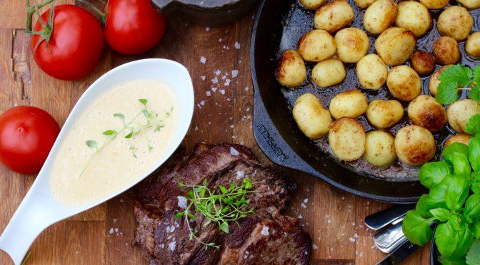 Grillad entrecôte med stekt färskpotatis och grönpepparsås