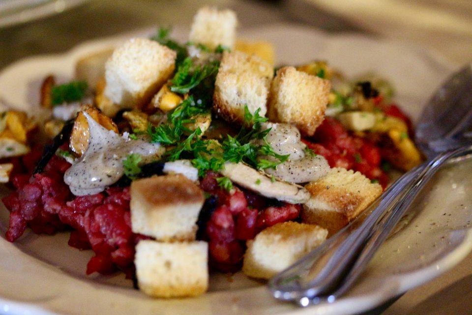 Tartar med talgfriterade krutonger och rispad sommarsvamp