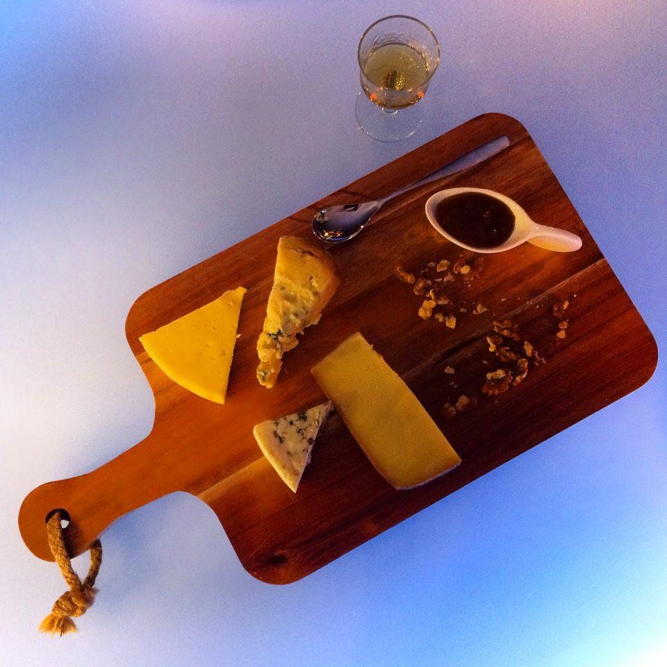 ostbricka med ostar från ett lokalt mejeri