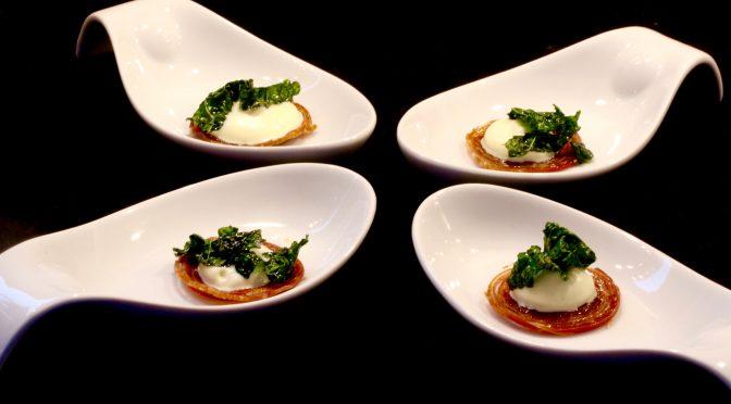Parmachips med schalottenkräm och flarn av krispigt svartkål