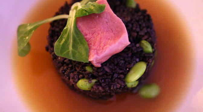 Kalvfilé, risotto negro, edamame och skogsconsommé